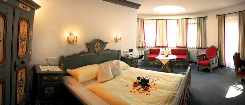 Hotel Zillertalerhof, Mayrhofen, Austria - Superior twin bedroom.jpg
